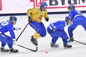 Daniel Mossberg tar sig förbi flera finska spelare i VM-premiären.