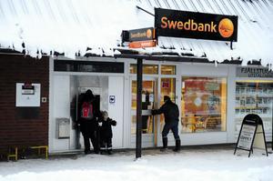 Swedbank i Idre tar nu ner skylten, kanske blir det systembolagets glasbank som ersätter dagens bank.