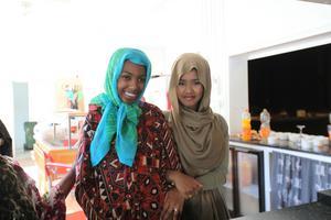 Anab och Khadijah hjälper till med fikaserveringen.