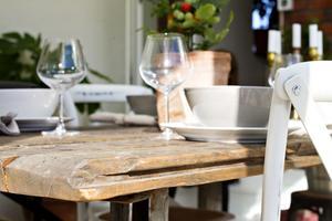 Matbordet från Hille. Måns Zelmerlöw har möbler i samma design.