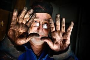 Snart rent. Gjutformarna görs av oljeblandad sand som snabbt blir sotig. Det brukar ta en semester innan händerna är ordentligt rena, berättar Sören Gustavsson.