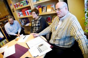 Alf Lundin (V), Lena Olsson (Be) och vänsterns nya tillskott Folke Jonsson tycker att verksamhetsnämndens sätt att hantera skolfrågan är odemokratiskt. Nu vill de att det beslut som nämnden ska fatta i morgon ska skjutas på framtiden.Foto: Sandra Högman