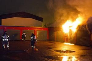 Brand i garagelänga på Skolgatan i Sandviken.