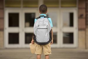 En ryggsäck ska inte vara för stor och inte väga mer än 10 procent av barnets vikt.   Foto: Istockphoto/Pamela Moore