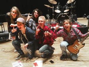 Nybyggeskolan vann Låtskrivarfestivalen. Bakre raden: Nelly Kleppe och Leo Ekdahl. Främre raden: Elias Ludvigsson, Herman Lundmark och Fabian Erosson Lindberg.
