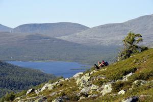 Lättillgängliga fjäll finns runt Grövelsjön och det med naturskön utsikt. I bakgrunden ses de norska fjällen och den lilla norska fjällbyn Sylen. De här områdena är rena paradiset för dig som gillar att vandra och fiska i en stillsam och genuin miljö.