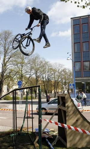 Kevin Schärp visade upp akrobatiska cykelkonster när kommunen arrangerade Cykelns dag i går.