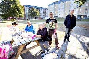 """Lasse Wennman och Kristina Njai från Matakuten delar ut bröd på Nordost. Martin Salim och Lasse Lindvall kommer förbi. """"Samtidigt som det är ett område med dåligt rykte så är det ett bostadsområde där man ställer upp för varandra"""", säger Lasse. .Wennman som driver Matakuten."""