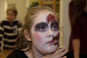 I pannan får Thea Jegreus ett sår. Ur rinner hemmagjort blod.