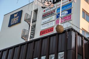 Café Caals skyltar finns fortfarande uppsatta på flera ställen i Borlänge centrum, trots att caféet stängde igen år 2013.