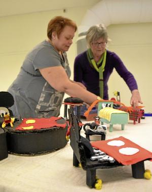 Ställer ut. Ingela Bornström och Eva Wikman möblerar med miniatyrsängarna som ingår i elevutställningen som har vernissage idag lördag. Utställningen pågår till och med 28 april.