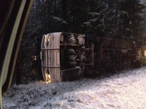 En buss med 14 passagerare körde av vägen och hamnade på sidan i närheten av Västansjö, Ånge.