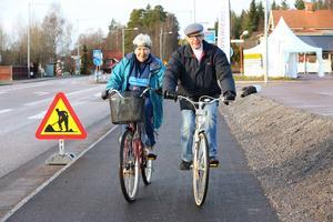 Kerstin Mattsson och Reinhold Videll är två förkämpar för den nya gång- och cykelvägen. Redan 1984 började de genom egnahemsföreningen jobba för att kommunen skulle anlägga en cykelväg längs med den hårt trafikerade riksvägen.