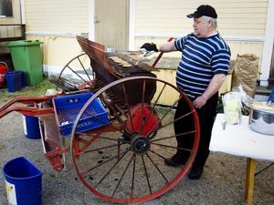 Krister Karlsson laddar den gamla såmaskinen med hamburgare.