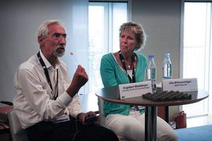 Engelbert Westkämper, professor inom tillverkningsteknologi säger att det pågår ett paradigmskifte mot hållbar tillverkning. Ulla Ølenschläger vid Uson Plast lyssnar.