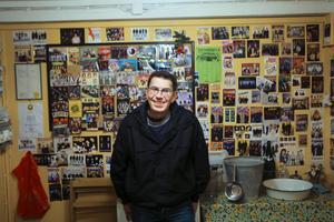 Anders Thorén i det lilla rummet bakom scenen på Aspåsnäset. I rummet brukar banden ta igen sig under pauserna och många sätter upp sitt orkesterkort på väggen.