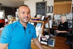Alex Zeinoun, ägare till Kajens kafé, vill ha en bättre gästhamn och skoteruthyrning vintertid vid Färjkajen.