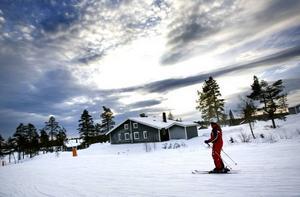 SKIDA IN. Stugbyarna i Branäs är så placerade att det bara är att sätta på sig skidorna utanför dörren och glida ut i backen. Ski in-ski out, som det kallas. Efter den modellen planeras nu också boendet i Kungsberget.