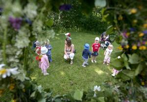 Sommarn i fokus. Barnen vid Valhalladagiset samlades på sin lilla festplats för att tjuvstarta midsommarfirandet.