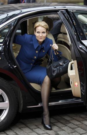Binder sig. Danmark har inte heller euron, men inför nationell lag för att följa finanspaktens regler. Bilden visar statsminister Helle Thorning-Schmidt (S) under toppmötet då pakten skrevs under.foto: scanpix