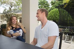Det är väldigt lätt att bo i Florida när man har barn tycker både Johanna och Anton. Leo sitter i mammas knä.