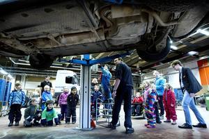 Eje Lindqvist fordonslärare tar emot barnen från Klintbergsgården och de får