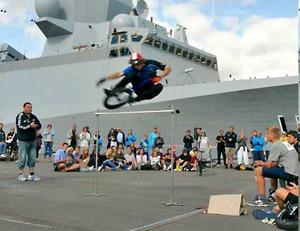 Martin Sjönneby slår världsrekordet i höjdhopp på enhjuling under en tävling i Danmark. 131 centimeter.