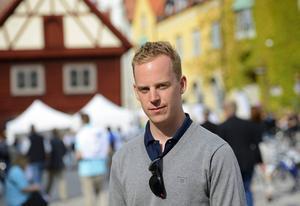SDU:s ordförande Gustav Kasselstrand har uteslutits ur Sverigedemokraterna men framträdde ändå med partiet i Almedalen.