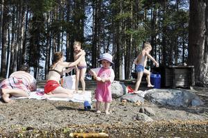 Holger Björnström från Brunflo var på Andersön tillsammans med sin familj för att bada i det fina vädret, i bakgrunden pappa Henric, mamma Åsa, storasyster Linnea och storebror Elmer.