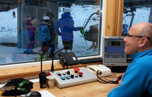"""Gösta Nyholm ser fram emot kylan som är utlovad. """"Då kan vi öppna fler nedfarter. Och så har vi ju Fis-tävlingar här om två veckor"""", berättade han."""