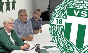 Thomas Wallin, här flankerad av VSK Fotbolls ordförande Christina Liffner och klubbchef Michael Campese, berättar att klubben inte är positiv till att dela Solid Park Arena med Dalkurd.