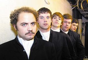 The Hives började tidigt att klä sig i finkläder som en pik mot vissa punkgrupperingar. Bilden är från år 2000.
