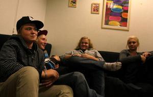 """På fritidsgården är det alltid mycket folk. Marielle Svensson, Josefin Eliasson, Oskar Swanström och Magnus Svensson är där nästan varje kväll.– Det finns ingenting annat att göra, muttrar Marielle.Det är inte ovanligt att det kommer 50 personer en vanlig vardagskväll, särskilt inte när det, som nu, är """"Idol"""" på tv. Då sitter alla och trängs i soffan i tv-rummet.""""Mysigt, då får man sitta nära varandra"""", säger Magnus, som önskar att det fanns en cykelpark i Sveg.– Det är jättemånga som är intresserade av att cykla, fortsätter han.– Det skulle också vara kul om det hände mer på folkparken Storön, säger Josefin."""