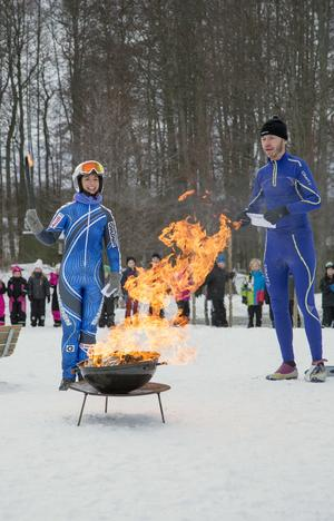 På Svanbergaskolans innergård inviger lärarna Jan-Olof Andersson och Natalie Wiklund skolans egna olympiska spel.