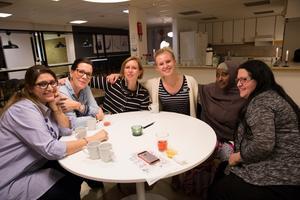 Maria Aminson, Shukri Mohamed, Sofie Hedberg,Karin Ljunggren, Lina Bye och Benan Alkulaih ser fram emot knytis med mat från olika länder.