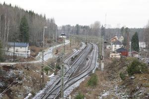 Dubbelspår genom Mariedamm. Järnvägen genom byn ska byggas ut till ett dubbelspår. Fastigheter längs med järnvägen i Mariedamm kommer att påverkas, och Trafikverket ska göra bullerutredningar.
