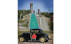 Per-Olov Lundén med sin Ford av 1932 års modell. I kväll och på lördagen kommer cirka 700 marknadsstånd att vara uppsatta på Lugnets målområde. Foto: Staffan Björklund