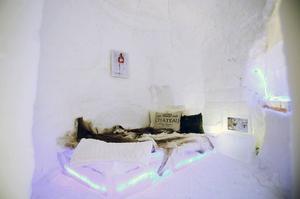 Ett sovrum med dubbelsäng för de som vill testa en natt i igloon.