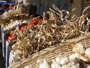 Lök och alla former av delikatesser i stora mängder fanns på årets matmarknad.