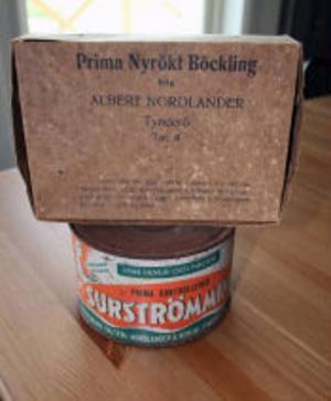 I Surströmmingsmuseet finns ett stort antal gamla originalburkar och förpackningar.