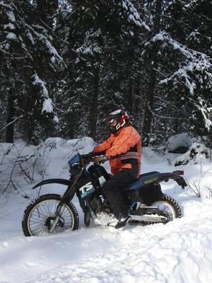 Vintersula. Som vinterdäck föredrar Gösta Östlund grövre offroaddäck åt crosshållet. Han använder inte dubbdäck som ändå inte fungerar på asfalt.