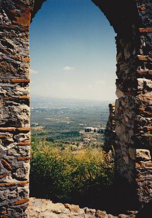 Utsikten ner över slätten mot dagens Sparta vidgas med varje steg man tar upp mot Mistras topp. Foto WW.