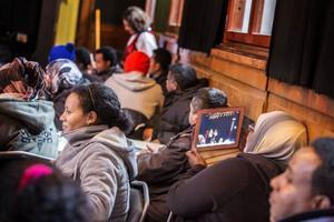 Förutom att fika och umgås fick deltagarna på språkcaféet gå upp på scenen och uppträda om de ville. Det bjöds friskt på sång, dans och skratt, vilket dokumenterades av en glad publik.