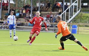 Joel Åman gör ett av sina 54 mål i Anundsjö-tröjan, och fler kan det bli.