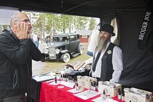 John-Olov Eriksson säljer egentillverkade ekologiska skäggprodukter som testas av Janne Norell.