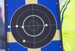 Jesper Nelins stående skjutserie hade rejäl spridning och bommen hamnade strax utanför ringen till vänster.