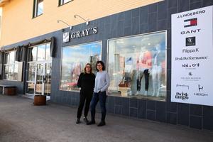 Lena Pehrs, sälljare och Sara Axelsson, butikschef för Gray´s i Mora, som håller öppet precis som vanligt från om med onsdag 12 april.
