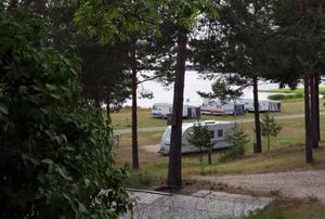 Fastigheten innefattar en året-runt bostad och en yta för camping, fiske och bad vid stranden till Nedre Dalälven.