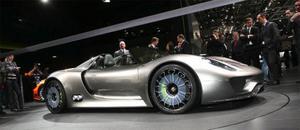 Porsche bjöd på en riktig överraskning när företagets vd Michael Macht avtäckte Porsche 918 Spyder. En supersportbil med mittmotor och 500 hästkrafter som inte släpper ut mer avgaser än en liten småbil. Tack vare plug in-teknik drar bilen inte mer än 0,3 liter milen. Batterierna är vätskekylda litiumjonbatterier placerade bakom förarplatsen.