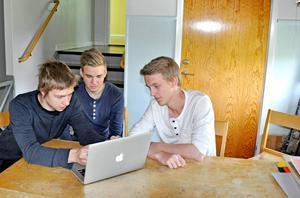Från vänster i bild: Anton Larsson, Per Olausson och Jakob Hallqvist tycker att IT-dagarna har varit givande. Nu planerar de också att göra en egen hemsida.